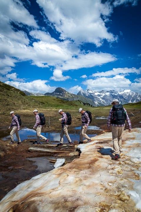 Walter überquert das Hochmoor auf dem Malanser Älpli