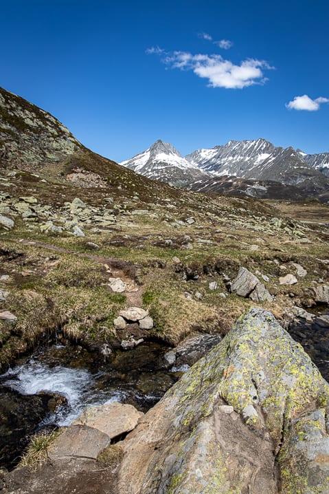 Bach, Calmut, Fedenstock, Graubünden, Wanderung, Wanderweg, https://reisememo.ch/schweiz/wanderung-oberalppass-maighelshuette-tomasee, wandern