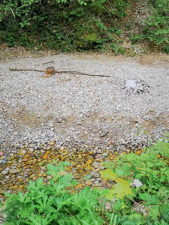 Feuerstelle im Flussbett