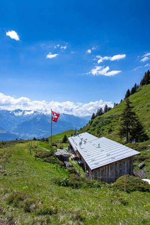 Malerische Hütte am Wanderweg auf dem Malanser Älpli