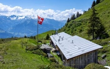 Bündner Herrschaft, Malanser Älpli, Route des Staunens, Schweizer Fahne, Wanderung, wandern