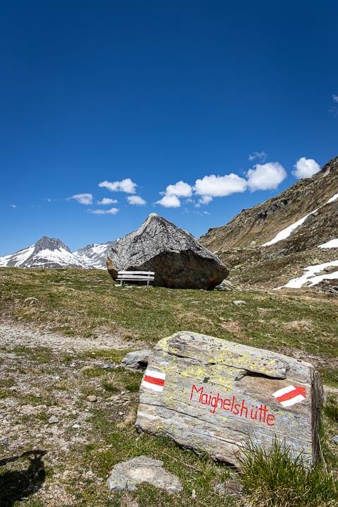 Findling, Graubünden, Maighels Hütte, Sitzbank, Wanderung, Wanderweg, Wegweiser, https://reisememo.ch/schweiz/wanderung-oberalppass-maighelshuette-tomasee, wandern