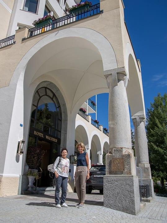 Katja und Gastgeberin Anne-Rose Walther vor ihrem Hotel in Pontresina