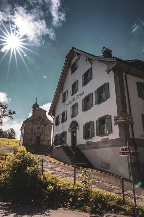 Gasthaus St. Meinrad und Kapelle am Etzelpass