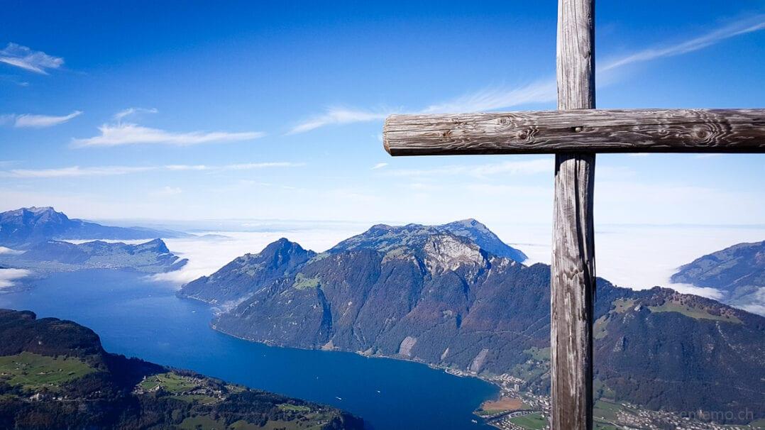 Gipfelkreuz auf dem Fronalpstock vor dem Vierwaldstättersee