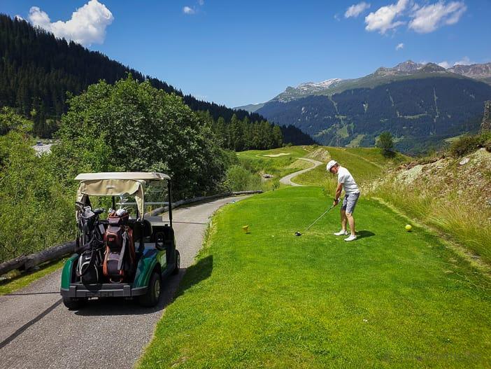Walter beim Abschlag 2 des Golf Clubs Klosters