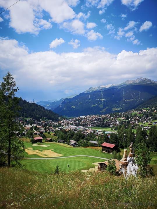 Abschlag auf Green 7 des Golf Clubs Klosters