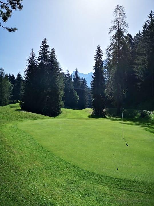 Green 3 des Golfclubs Vulpera mit Fairway 3 und 4