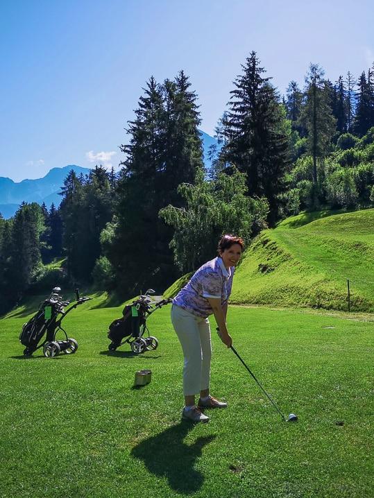 Katja bei Abschlag 6 des Golf Clubs Vulpera