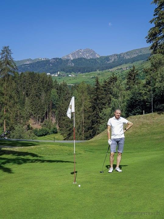 Walter auf dem Green 7 des Golfplatzes Vulpera