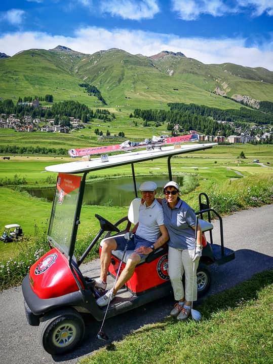 Walter & Katja im Golfcart des Abschlags 15 von Golf Zuoz-Madulain