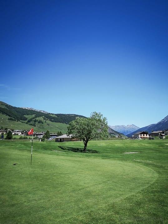 Sonniges Green 1 von Golf Zuoz-Madulain