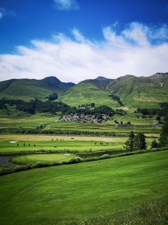 Golfplatz Zuoz-Madulain mit Hotel Castell Zuoz im Hintergrund