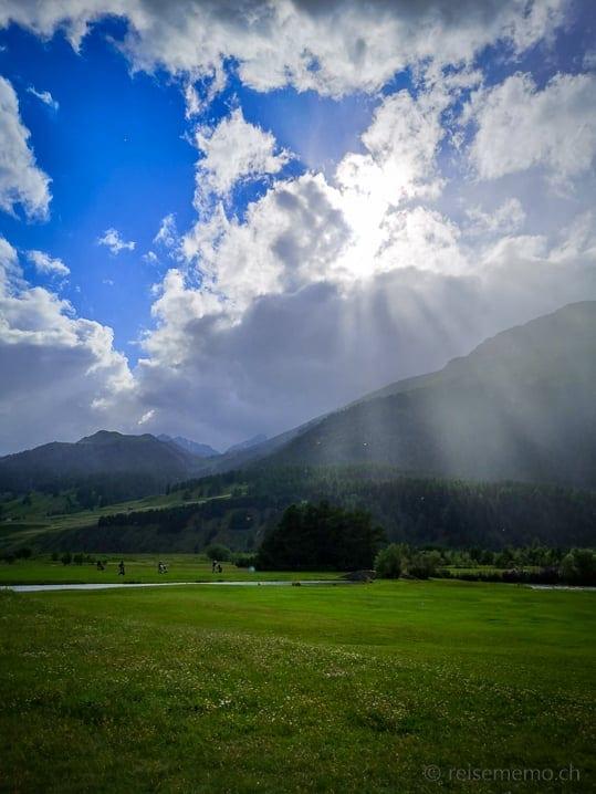 Sonnenstrahlen über dem Golfplatz Samedan