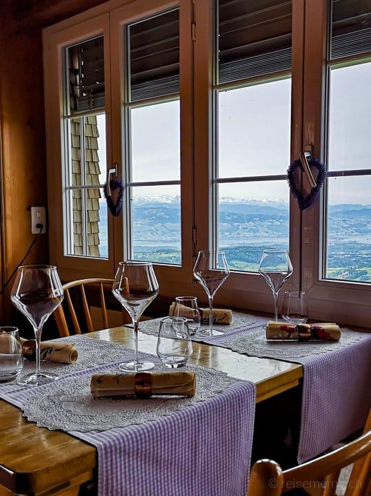 Stübli des Restaurants Alp Scheidegg mit Aussicht auf den Zürichsee