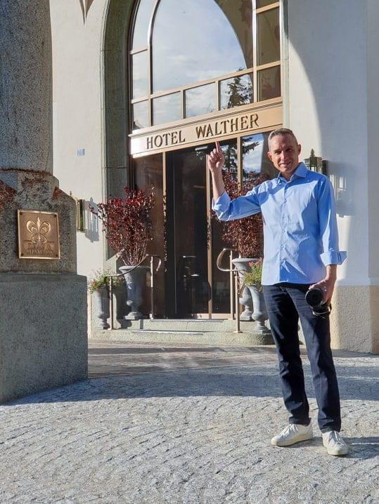 Walter vor dem Hotel Walther in Pontresina