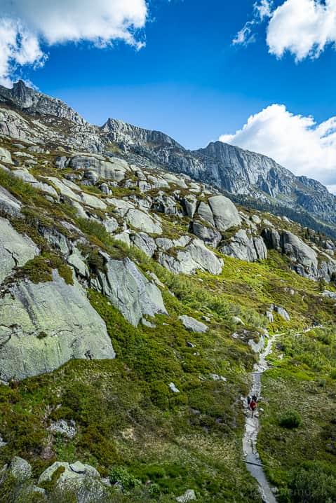 Steiler Wanderweg zur Bergseehütte oberhalb des Göscheneralpsees