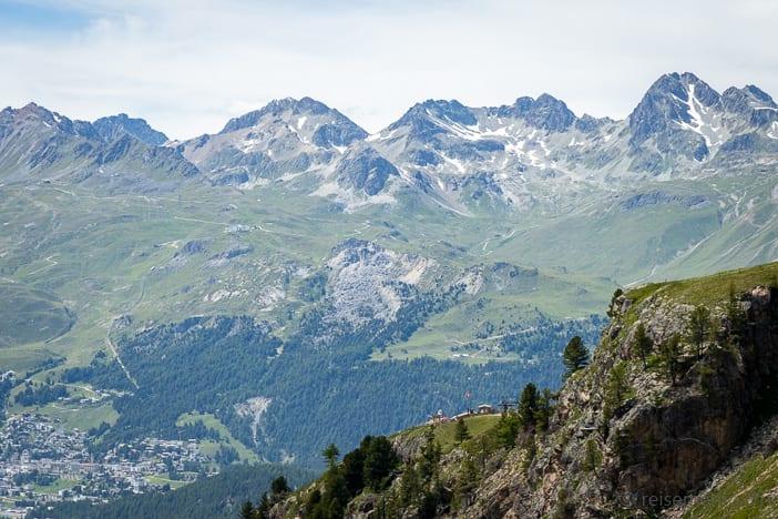 Bergstation Alp Languard vor Bergkulisse