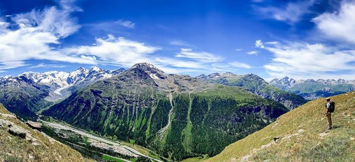 Walter geniesst das Panorama auf den Piz Morteratsch und Piz Bernina mit dem Morteratschgletscher