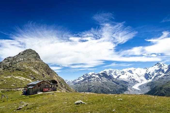Paradis Hütte mit Bergpanorama des Morteratschgletschers