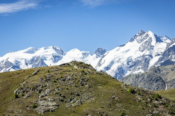 Wanderer vor dem Piz Bernina