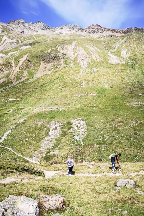 Arbeiter präparieren den Wanderweg