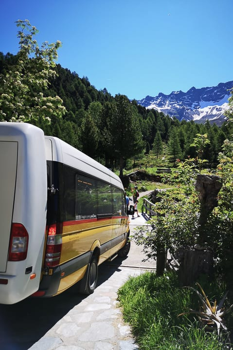 Postauto wendet in Alpe Campo