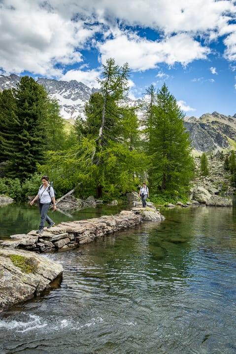 Katja auf dem Damm des Lago di Val Viola