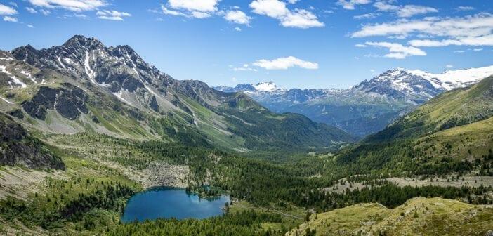 Panorama am Lago di Val Viola mit Cima di Ruggiolo, Punta del Teo, Vetta Sperella und Pizzo Scalino sowie Gletscher am Piz Palü