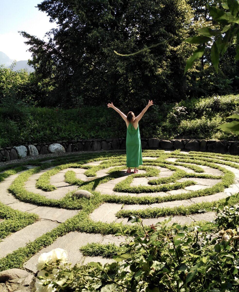 Simone im Labyrinth Kränzelhof