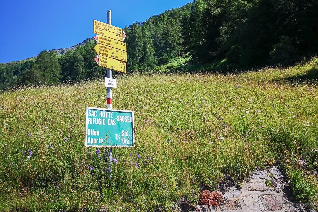 Wanderwegweiser und Schild SAC Hütte Rifugio Saoseo