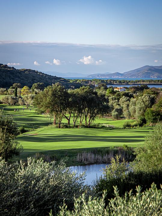 Golfspieler bei Abschlag 18 von Argentario Golf