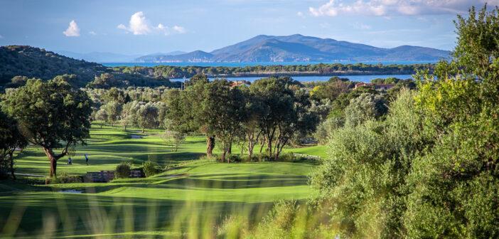 Golfer auf Bahn 18 von Argentario Golf vor der Bucht von Orbetello