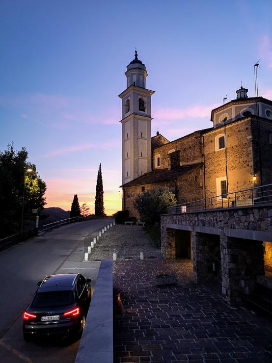 Chiesa dei Santi Fedele e Simone von Vico Morcote zur blauen Stunde