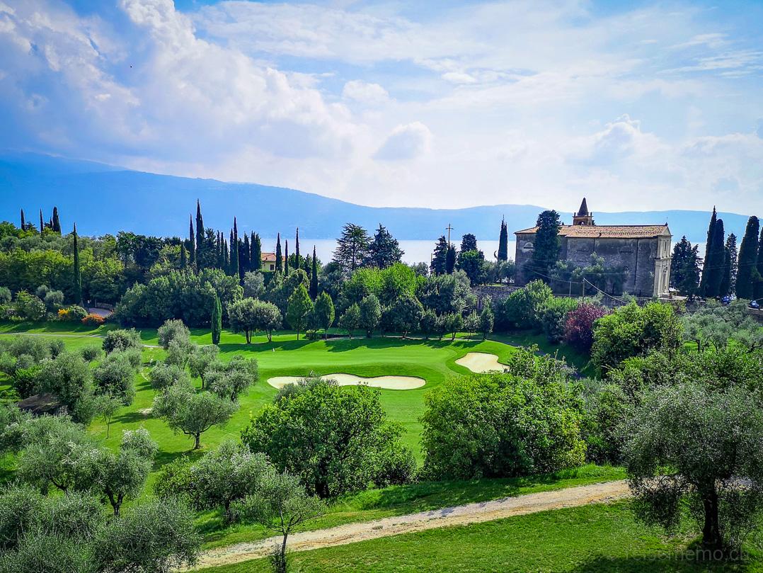 Golf Bogliaco Signature Hole 4: Aussicht auf das Green, die Kirche San Nicola de Bari und den Gardasee