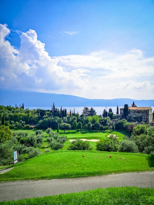 Signature Hole 4: Aussicht auf das Green, die Kirche San Nicola de Bari und den Gardasee