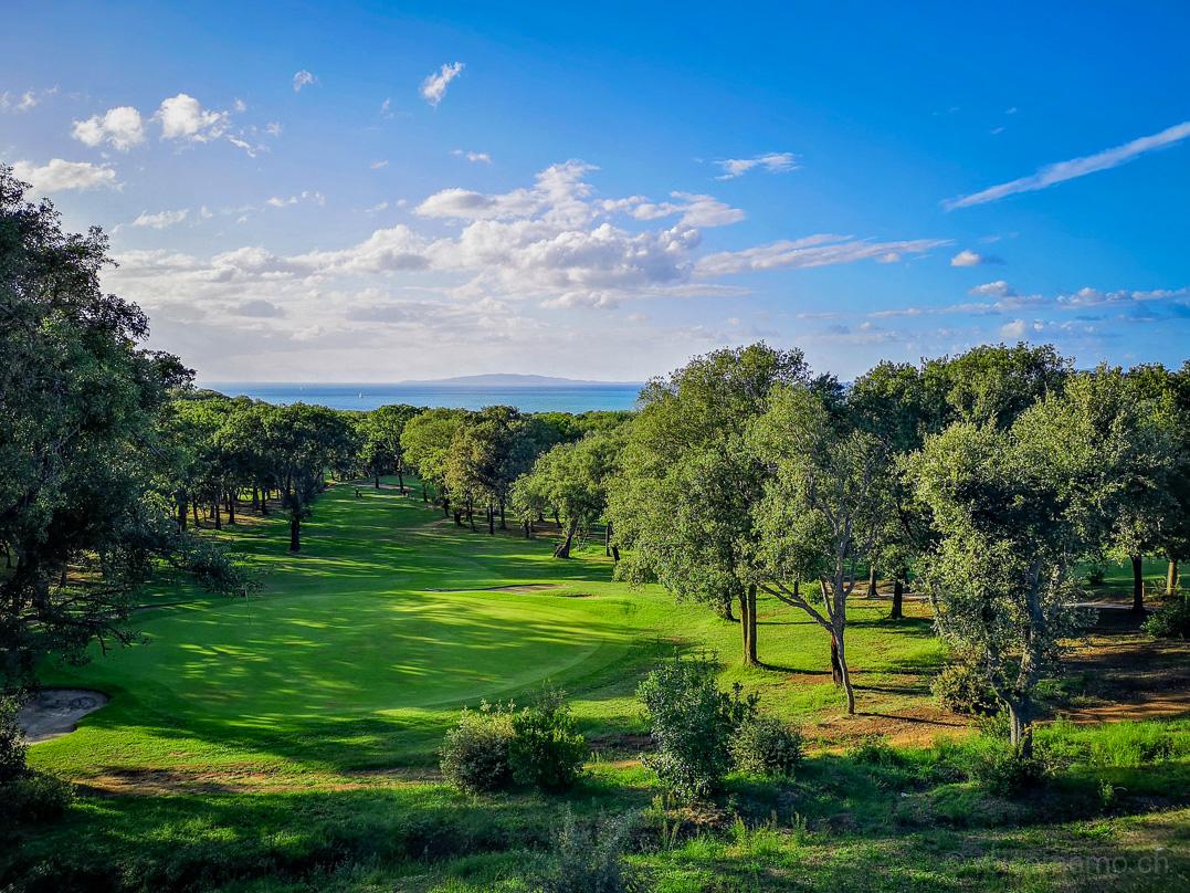 Green und Fairway von Punta Ala mit Meer und Insel Elba im Hintergrund