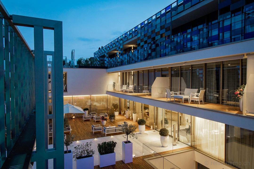 Eingang und Restaurantterrasse des Eden Villa Luxury Resorts