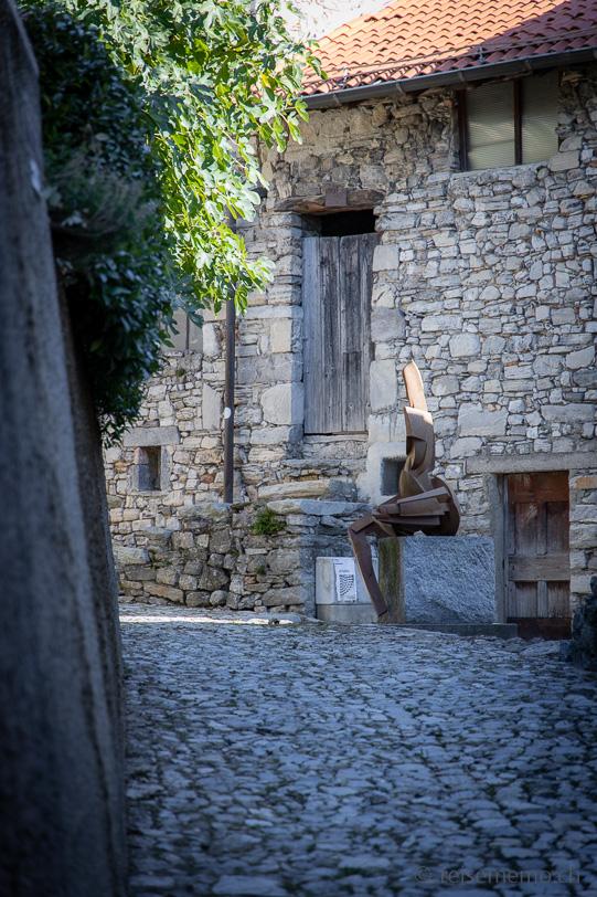 Skulptur im Künstlerdorf Brè oberhalb von Lugano