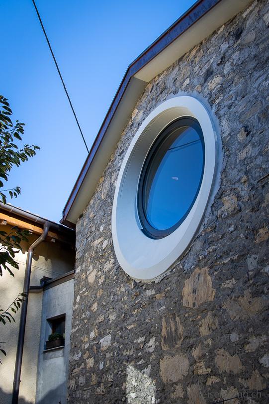 Rundes Fenster im Künstlerdorf Brè oberhalb von Lugano