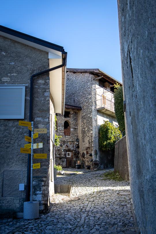 Wegweiser im Künstlerdorf Brè oberhalb von Lugano
