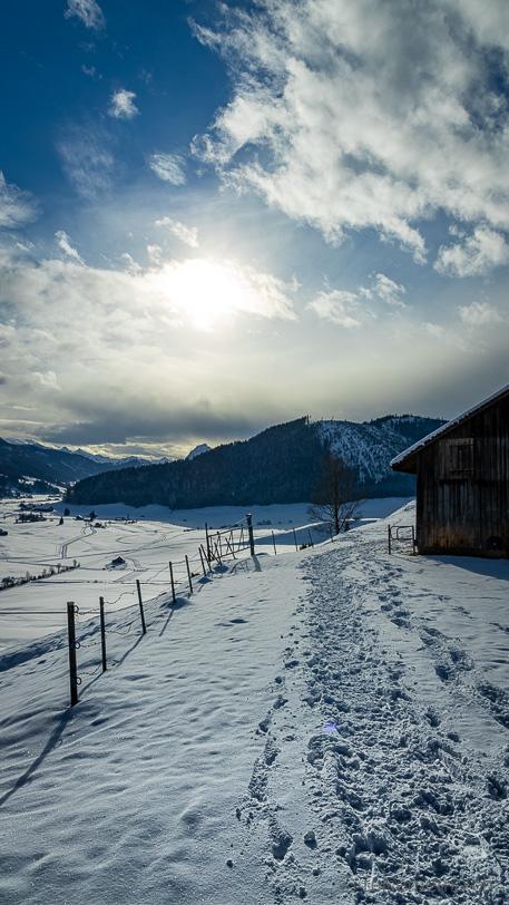 Winterwanderweg oberhalb der Skisprungschanze