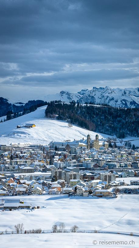 Einsiedeln mit Kloster im Winter