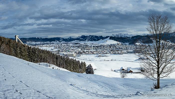 Skisprungschanze mit Panorama auf Einsiedeln und Glärnisch