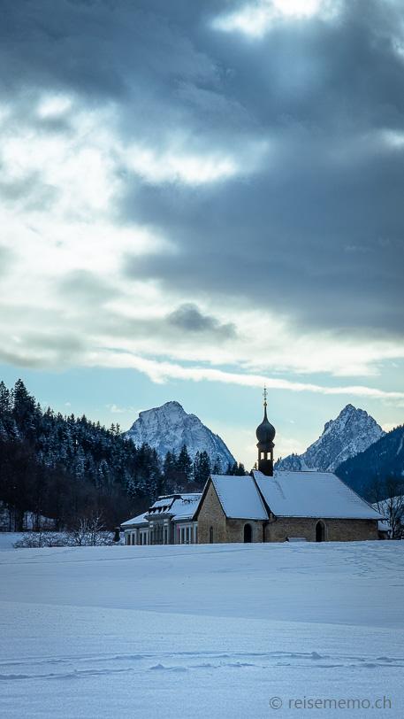 Kapelle St. Gangulf vor Grossem und Kleinem Mythen