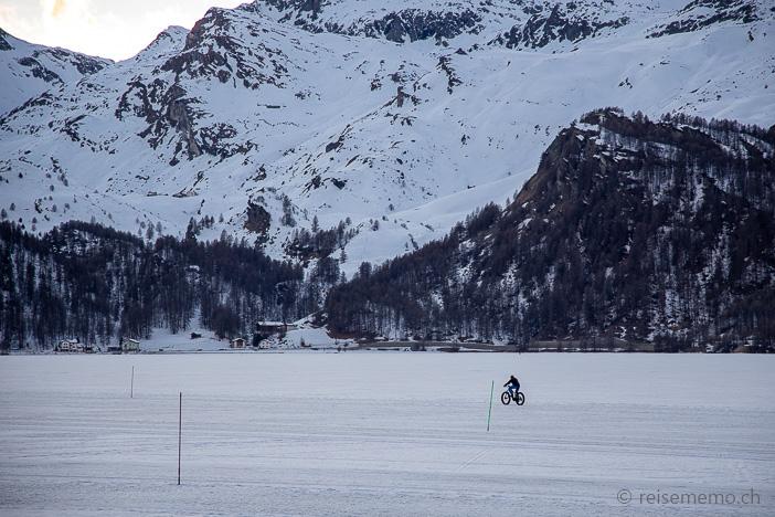 Fatbike-Fahrer auf dem gefrorenen Silsersee