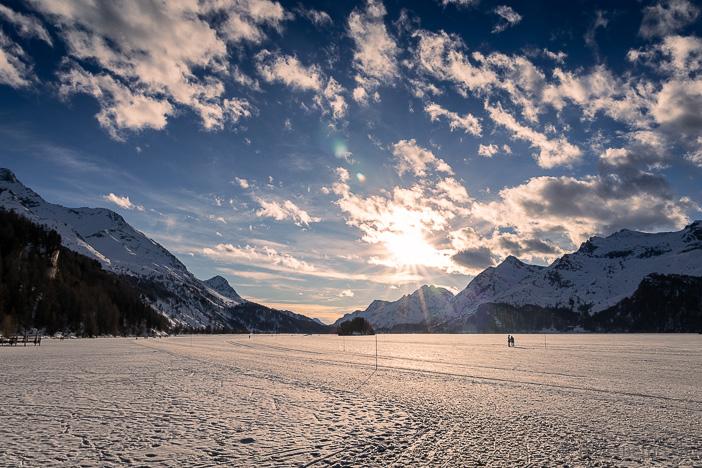 Spaziergänger auf dem gefrorenen Silsersee