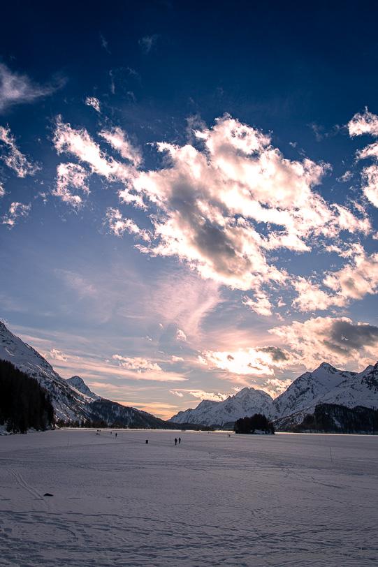 Fussgänger und Langlaufloipe auf dem gefrorenen Silsersee