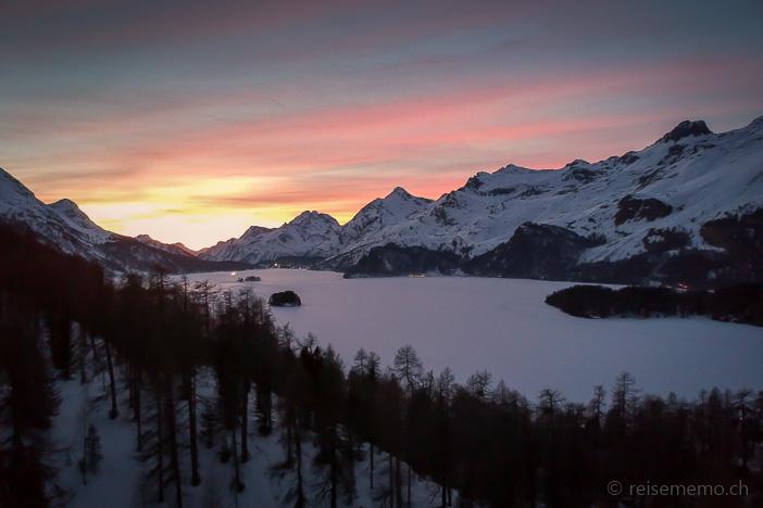 Panorama-Luftaufnahme des gefrorenen Silsersees