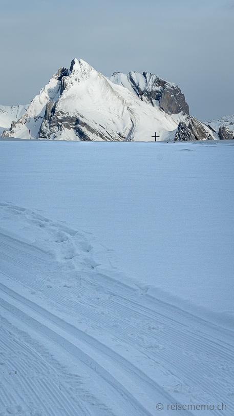 Gipfelkreuz der Alp Sellamatt vor dem Altmann und Wildhauser Schafberg